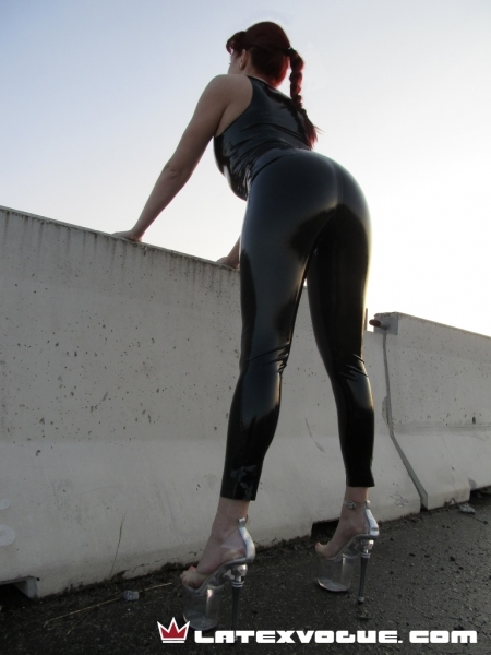 latex, public, tilko, triko, undershirt, fetish, outfit, redhead, high, heels, latexvogue, latexovy, top, latexove, rubber, sexy, leginy, leggings, verejnosti
